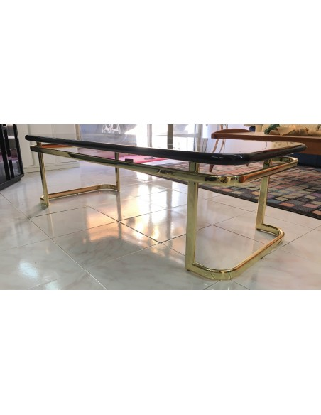 Tavolino da salotto rettangolare con basamento in metallo ottonato e piano in legno laccato nero lucido.