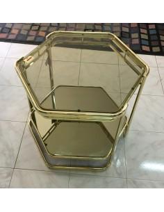 Tavolino da salotto esagonale in metallo ottonato, piano superiore in vetro e piano inferiore in specchio dorato