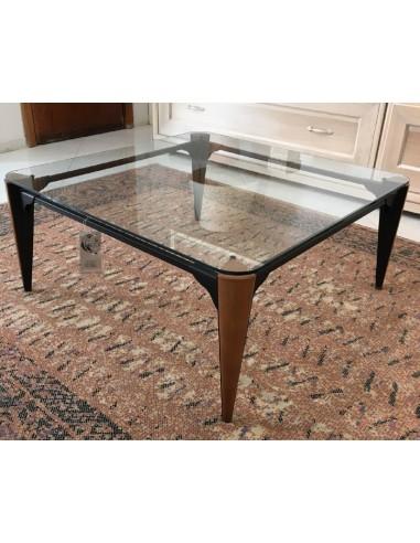 Tavolino da salotto moderno quadrato con piedi in legno noce con particolari in metallo laccato nero opaco e piano in vetro